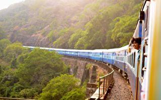 千米长火车盘旋绕山 无人机捕捉精彩景象