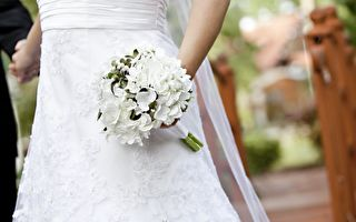 新娘抛花时突然改变主意 没想到竟成全了…
