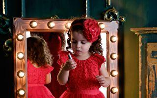 可爱俏皮小女孩 照镜子摆姿势 笑翻网友