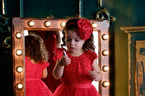 可愛俏皮小女孩 照鏡子擺姿勢 笑翻網友