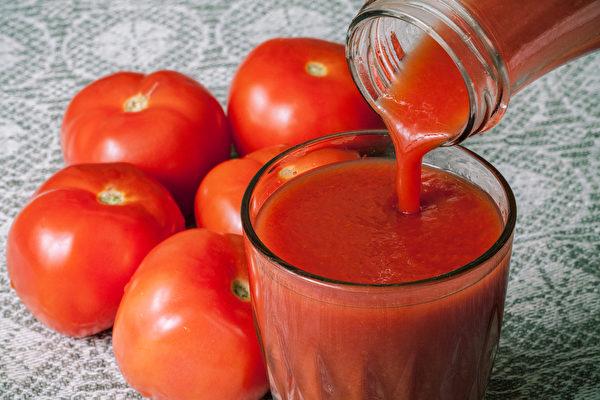 研究顯示,喝鮮搾的番茄汁有良好的減肥效果。(Shutterstock)