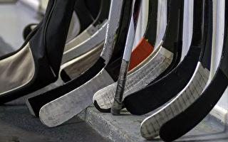 门外放冰球杆 加拿大人悼念15名冰球队员