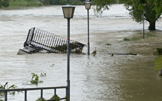 沒想到「平靜」的洪水有如此衝擊力 注意看這兩座橋樑