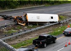 圖片新聞:新州校車翻車2死43傷