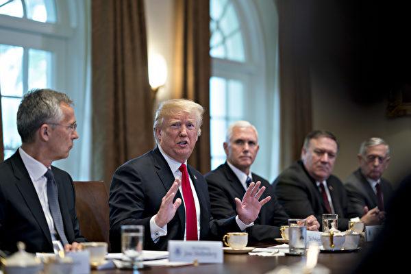 美国总统川普周四(5月17日)说,他怀疑万众瞩目的美中贸易谈判能够成功。他抨击中共敲美国竹杠,吸空美国财富。(Andrew Harrer-Pool/Getty Images)
