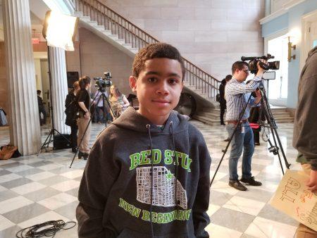 特許學校的桑塔納(Giovanni Santana)希望市議會能通過法案。