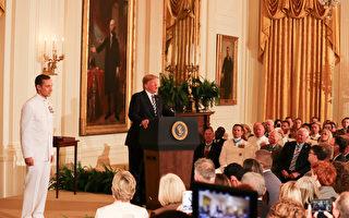 川普授予海豹突擊隊員「國會榮譽勳章」