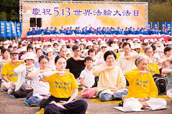約1千名台北部份法輪功學員在國父紀念館前舉辦活動,圖為法輪功學員演煉功法。(陳柏州/大紀元)