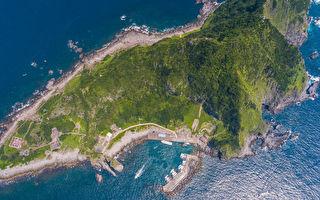 台灣基隆嶼淨灘 意外空拍到外型呈鯊魚圖案