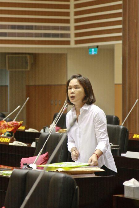 苗县议员刘宝玲在议会总质询,她指出教育政策需落实,才能挽救人口外移。