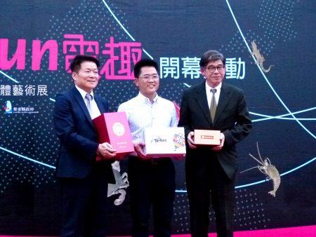 (左起)台电副总经理李鸿洲、台东县长黄健庭、故宫博物院副院长黄永泰,三方合作促成故宫文物台东展出。