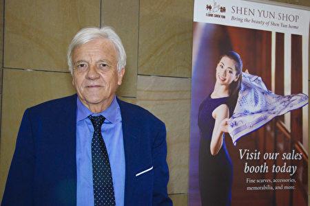 法國上普羅旺斯阿爾卑斯省蒙特菲龍(Montfuron)市長Pierre Fischer先生在法國南部艾克斯-普羅旺斯市普羅旺斯大劇院,觀看了神韻演出。(大衛/大紀元)