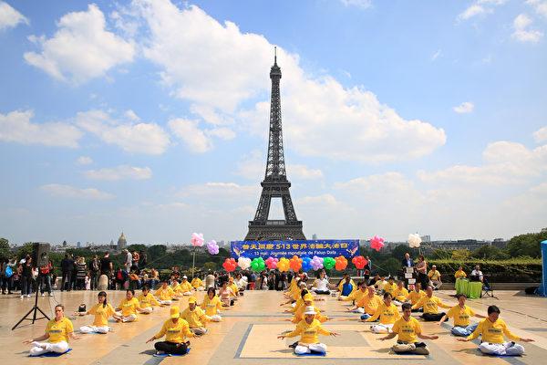 2018年5月20日在法國巴黎鐵塔對面的人權廣場上,法國部分法輪功學員用歌舞演出和功法演示慶祝第十九屆世界法輪大法日。(章樂/大紀元)