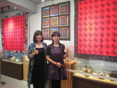來自台北的周秀惠(左)創作的百壽圖壁飾。