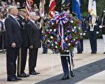 2018年5月28日,川普總統在國防部長馬蒂斯和參謀長聯席會議主席鄧福德的陪同下,參加在阿靈頓國家公墓舉辦的紀念活動。(JIM WATSON / AFP PHOTO)