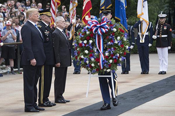 2018年5月28日,川普总统在国防部长马蒂斯和参谋长联席会议主席邓福德的陪同下,参加在阿灵顿国家公墓举办的纪念活动。(JIM WATSON / AFP PHOTO)