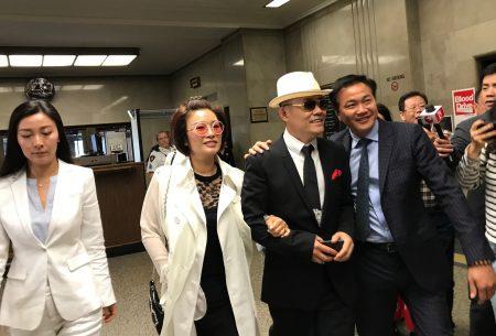 5月24日庭審結束後,周立波(右二)與妻子胡潔、友人及律師步出法庭。