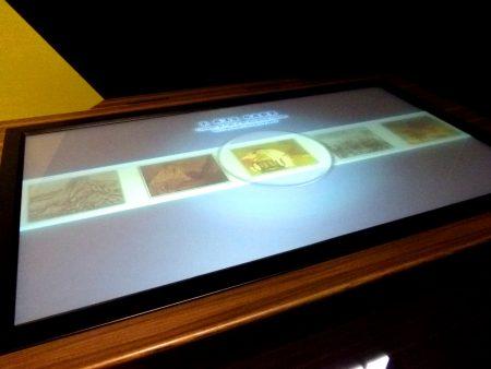 书画互动桌,民众可自选作品,放大或缩小仔细观赏书画。
