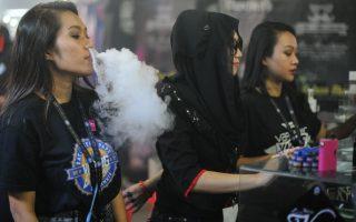 """18岁女孩抽电子烟三周 患上""""湿肺"""""""