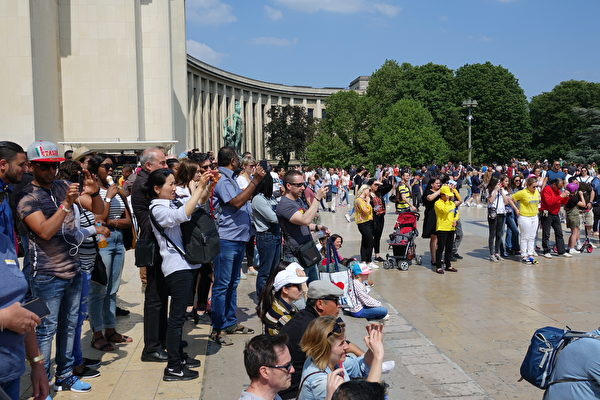 法國慶祝第十九屆世界法輪大法日的活動上,很多過往民眾興高采烈地觀看法輪功學員的歌舞節目和功法展示,不停地拍照留念。(葉蕭斌/大紀元)