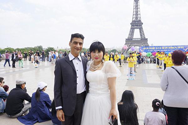 大陸華人李女士和法國丈夫觀看法輪功功法表演慶祝結婚一週年(德龍/大紀元)