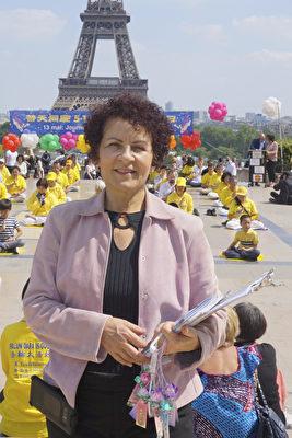 2018年5月20日,修煉法輪大法9年的Marie-Paul在巴黎人權廣場參加慶祝世界法輪大法日活動。(德龍/大紀元)