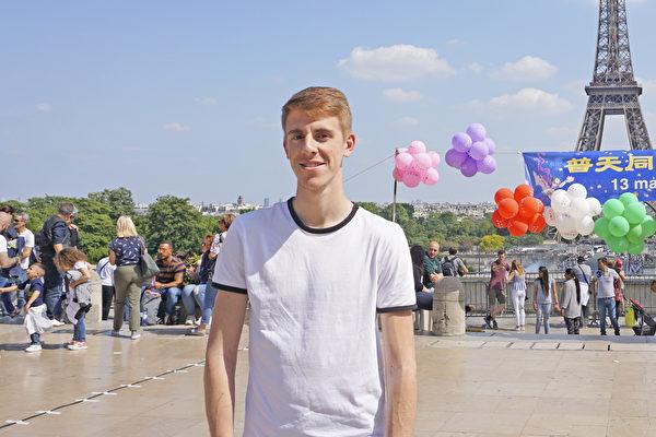 2018年5月20日,修煉大法三年的中學數學老師Quentin在巴黎人權廣場參加慶祝世界法輪大法日活動。(德龍/大紀元)