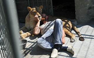 超暖心!母狮飞扑救命恩人 亲密撒娇拥抱