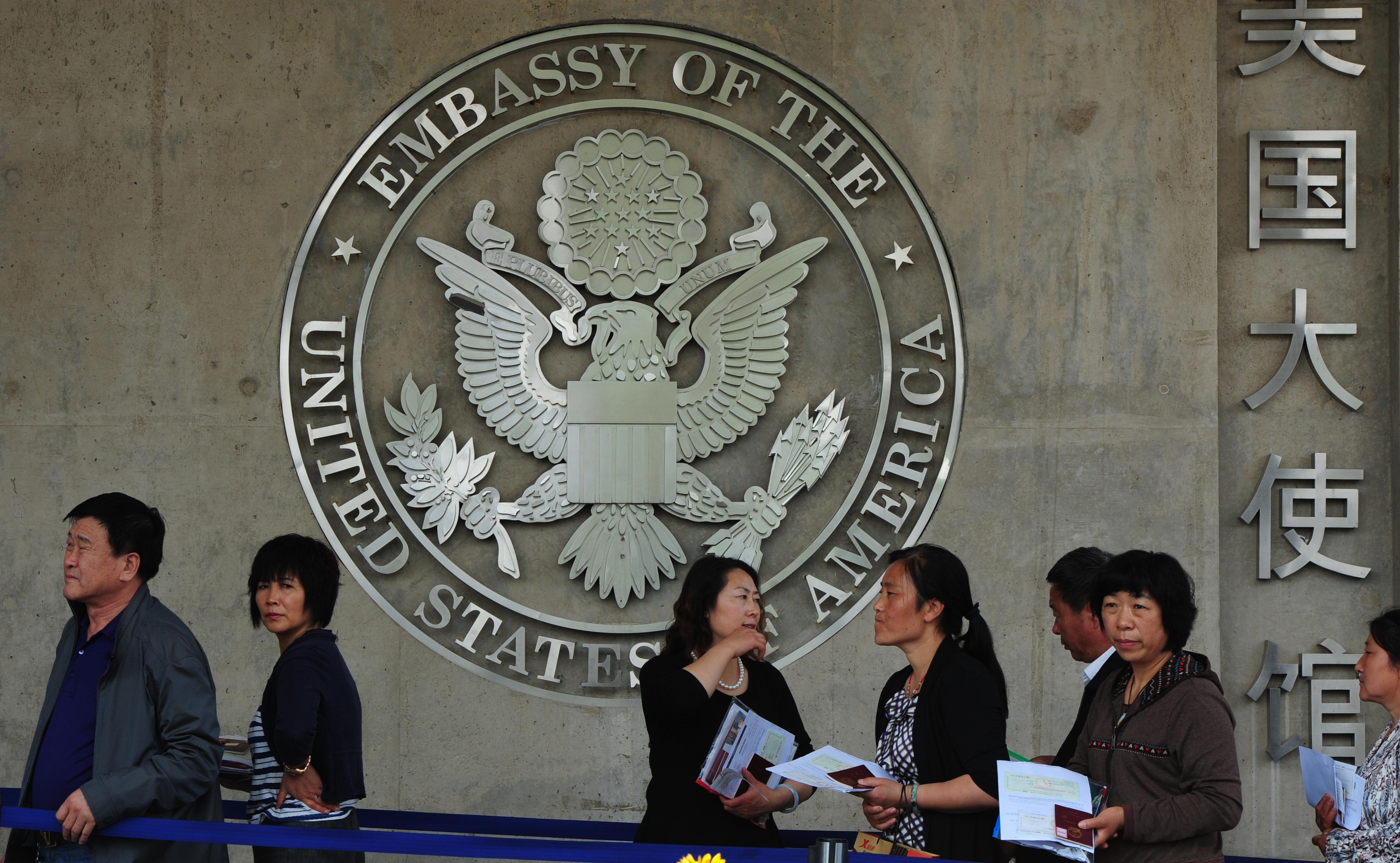 美國國務院官員曾表示,將對在敏感領域從事研究的某些中國公民和學生的簽證申請加強篩查。圖為美駐華大使館。(MARK RALSTON/AFP/GettyImages)