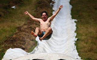 男子從滑水道俯衝而下 滑過「半座湖面」