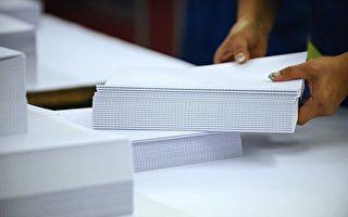 近日,大陸多省印刷廠披露,紙張價格飛漲,與限制美國廢紙進口有關。而中共當局驅逐低端人口,導致小型造紙廠倒閉,加重北京紙張的漲幅。(JEAN-CHRISTOPHE VERHAEGEN/AFP/Getty Images)