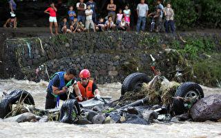 感动!轿车翻入湍流 危急中抢救出受困乘客