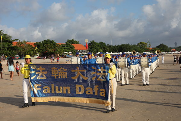 峇里岛法轮功学员在金巴兰海滩庆祝世界法轮大法日。(Ketut Suyasa提供)
