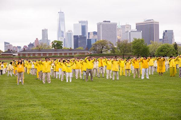 2018年5月13日,紐約,來自全球的部份法輪功學員在總督島公園舉行大型煉功排字活動慶祝世界法輪大法日。(戴兵/大紀元)