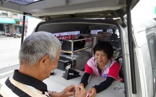 嘉义市监理站6月下乡为高龄驾驶乡亲换照