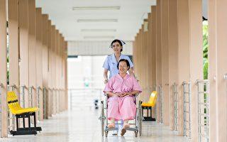 养老院护工下班哭着回家 病倒无人替