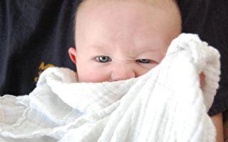 別讓寶寶不開心 爸爸使出絕招逗寶寶