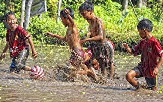 孩子们排队跳入烂泥中 第3个太惊险了!