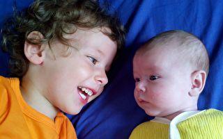 小哥哥对婴儿妹妹唱情歌 可爱又感人