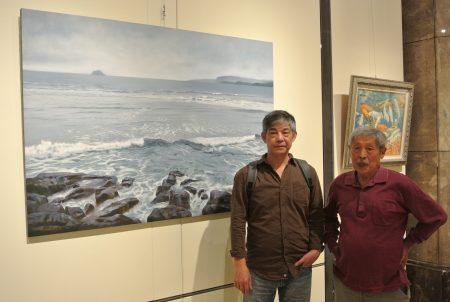 畫家葉春新(左)作品《靜海濤聲》油畫,透明感的白色浪花拍打而來的聲音,您聽到了嗎?
