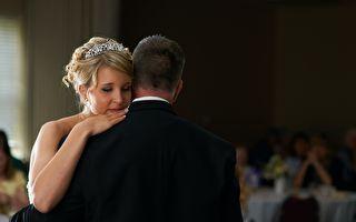 婚禮上陪女兒走一段 父愛感動現場賓客