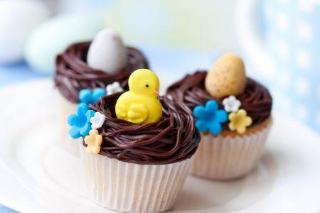 杯子蛋糕追求甜膩、細緻的口感,及視覺上的討喜。圖為復活節裝飾的杯子蛋糕。