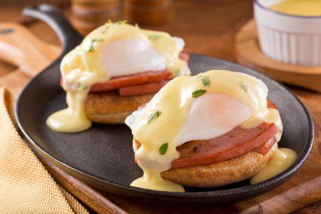 英式瑪芬上加厚切火腿片及班尼迪克蛋(水波蛋)。