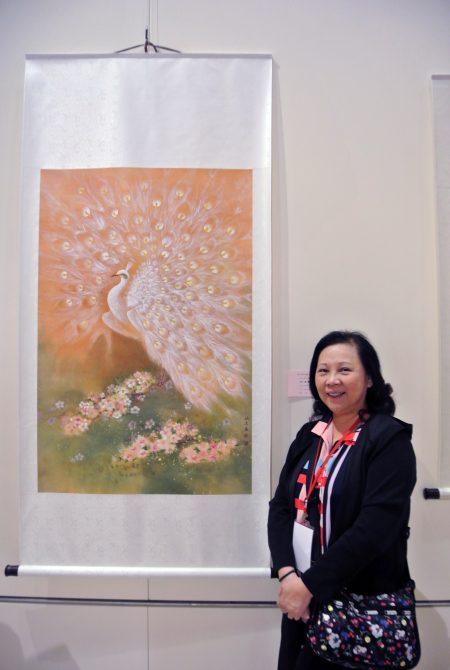 「藝術家聯盟交流協會」會員聯展,會員姚麗麗孔雀作品,先染過畫布再作畫。