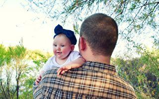 酷爸示範16種嬰兒抱法 寶寶表情淡定超搶戲