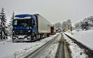 这台18轮卡车以为他会成功 没想到路面结冰超滑