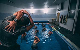 游泳教练示范热身动作 兴之所至还来个劈腿