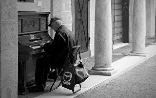 美流浪漢街頭彈琴爆紅 精湛琴藝出乎意料