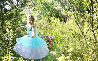 小女孩认真说自己不是公主 萌样让网友融化