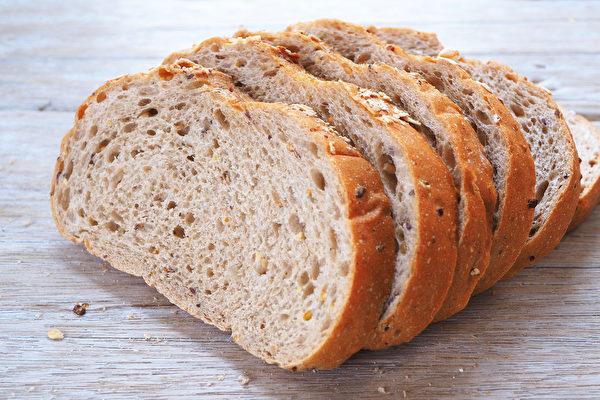 杂粮面包通常是用白面粉做原料,添加一些谷物制成的。(Shutterstock)